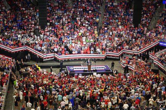 """2만 5000명의 청중이 """"4년 더""""를 외치는 가운데 도널드 트럼프 미국 대통령이 18일 플로리다 올랜도 암웨이센터에서 2020년 재선 도전을 공식 선언했다.[이광조 JTBC 카메라기자]"""