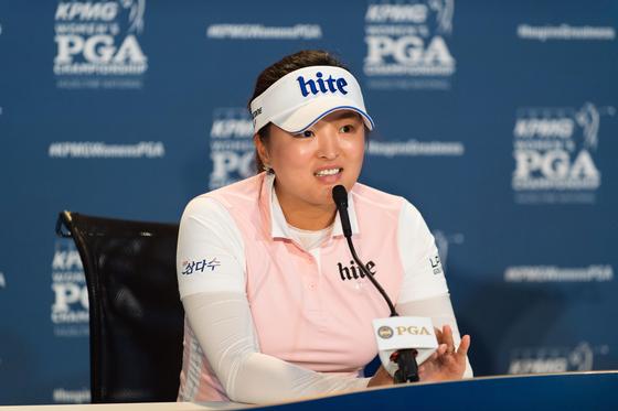 고진영이 19일(한국시간) 미국 미네소타주 채스카의 헤이즐틴 내셔널 골프클럽에서 열린 KPMG 여자 PGA 챔피언십 공식 기자회견에 참석해 취재진 질문에 답변하고 있다. [PGA of America 제공, 연합뉴스]