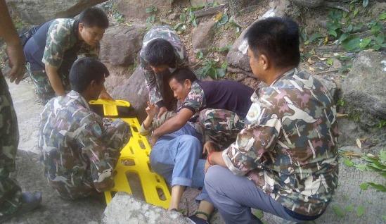 구조대원들이 절벽에서 추락한 아내를 들 것에 옮겨 실고 있다. [사진 웨이보]