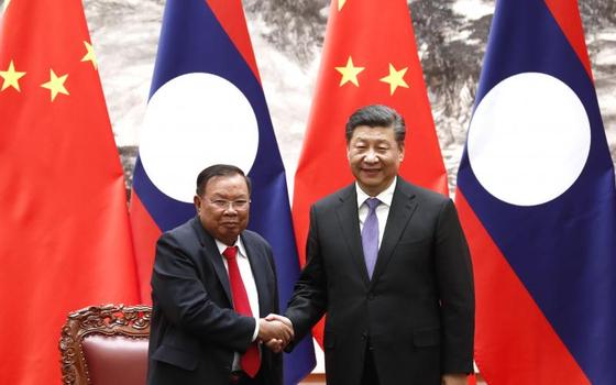 시진핑 중국 국가주석과 분냥 보라칫 라오스 국가주석이 지난 4월 30일 베이징에서 '중국-라오스 운명공동체 구축 행동계획'에 서명한 뒤 악수를 나누고 있다. [중국 중신사]