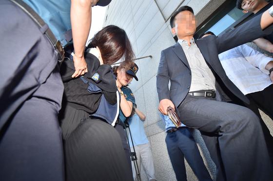 제주 전 남편 살해 사건' 피의자 고유정이 12일 오전 제주지검으로 송치되고 있다. [연합뉴스]
