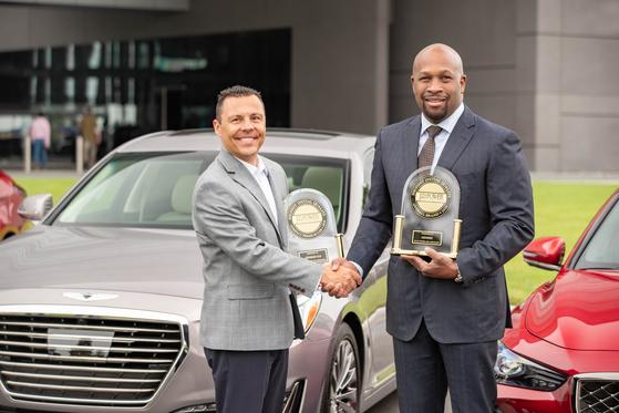 어윈 라파엘(오른쪽) 제네시스 미국 총괄운영책임자(COO)가 19일 마이클 바타글리아 J.D파워 부사장에게서 최고 품질상을 받고 있다. [사진 현대자동차그룹]