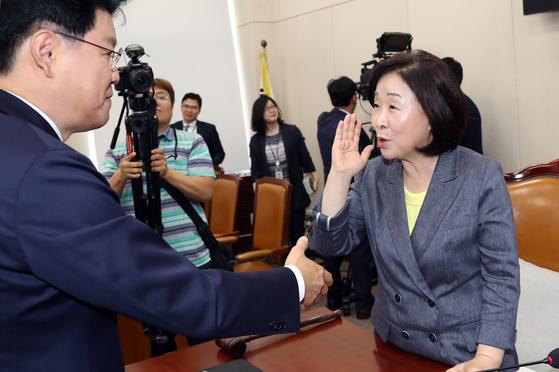 장제원 자유한국당 간사가 20일 회의가 끝난 뒤 심상정 위원장과 이야기를 나누고 있다. 변선구 기자