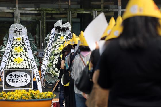 전주 상산고에 대한 자율형사립고 재지정 평가 발표일인 20일 오전 전북교육청 앞에서 학부모들이 항의 집회를 하고 있다. [연합뉴스]