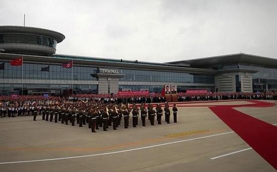 시진핑 중국 국가주석이 탄 전용기가 20일 평양 순안공항에 도착한 가운데 북한 의장대 등 환영인사들이 나란히 대기하고 있다. [사진 뉴시스]
