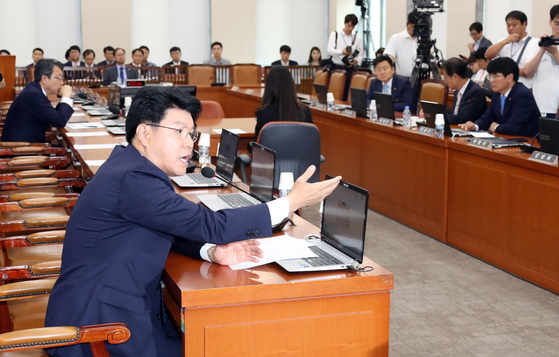 제11차 정치개혁특별위원회가 20일 오후 국회에서 열렸다. 장제원 자유한국당 간사가 의사 진행 발언하고 있다. 이날 한국당에서는 장 의원만 참석했다. 변선구 기자