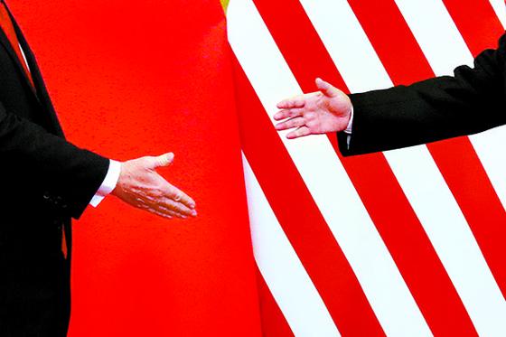미국과 중국의 무역전쟁으로 양국 경제는 격동의 1년을 보냈다. 2017년 11월 도널드 트럼프 미국 대통령(왼쪽)과 시진핑 중국 국가주석이 베이징 인민대회당에서 악수하는 모습. [로이터=연합뉴스]