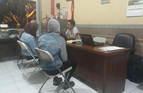 경찰에 체포돼 조사받는 인도네시아 부부. [일간 콤파스=연합뉴스]