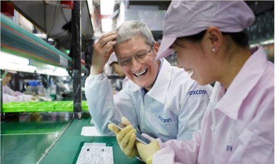 애플의 팀 쿡 최고경영자(CEO)가 대만 폭스콘이 운영하는 중국 내 공장에서 아이폰을 조립하는 근로자와 이야기를 나누고 있다. [연합뉴스]