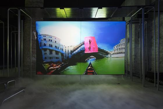 2019 베니스 비엔날레에 전시된 히토 슈타이얼( Hito Steyerl), '이것이 미래다'(비디오 설치 ), [사진 Andrea Rossetti 촬영, 에스더 쉬퍼 갤러리]