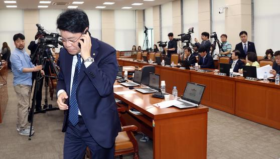 20일 장제원 자유한국당 간사가 정개특위 회의 도중 전화를 받으며 밖으로 나가고 있다. 변선구 기자