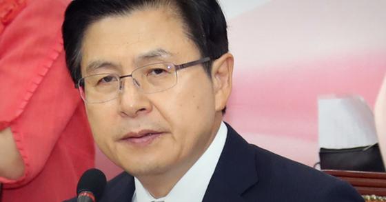 황교안 자유한국당 대표가 20일 오전 국회에서 열린 최고위원회의에 참석하고 있다. 변선구 기자