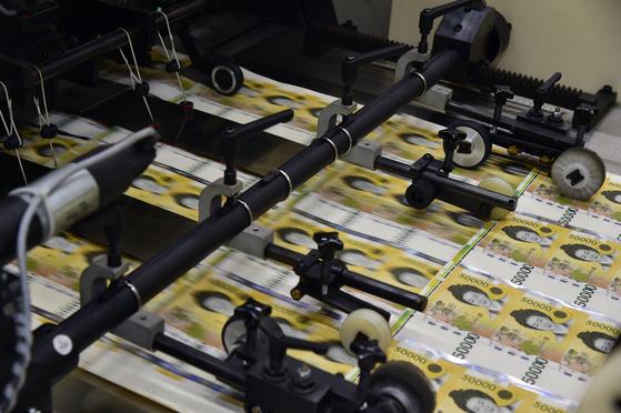 지난 18일 경북 경산의 한국조폐공사 화폐본부 생산공장에서 5만원권 전지에 홀로그램을 부착하고 있다. [연합뉴스]
