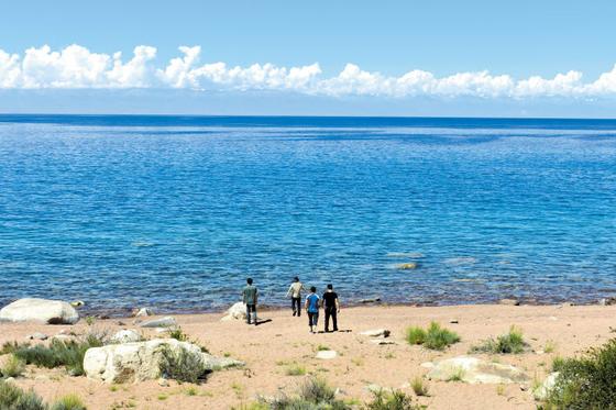 키르기스스탄 동부에 있는 이스쿨 호수의 전경. 세계에서 두 번째로 큰 산정호수다. 겨울에도 얼지 않는다. 길이 177km에 폭 57km로 가늘고 긴 '눈' 모양이다. [사진 자유투어]
