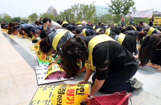 전주 상산고에 대한 자사고 재지정 평가 발표일인 20일 오전 전북교육청 앞에서 학부모들이 항의 집회를 열고 '전북 교육은 죽었다'며 절하고 있다. [연합뉴스]