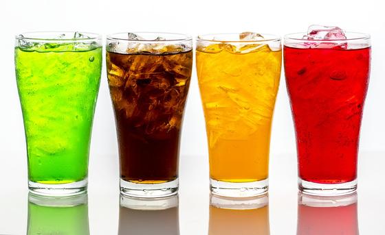 자기 직전에 단 음식이나 음료수를 먹는 습관은 충치 발생을 촉진합니다. [사진 pixabay]
