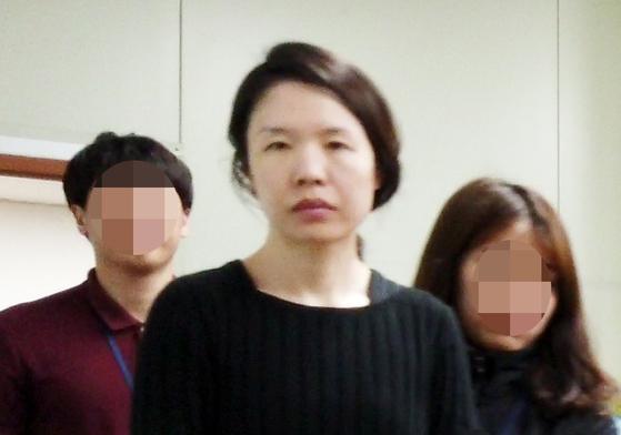 전 남편을 살해한 혐의로 구속된 고유정(36)이 제주동부경찰서 유치장에서 나와 진술녹화실로 이동하고 있다.   [연합뉴스]