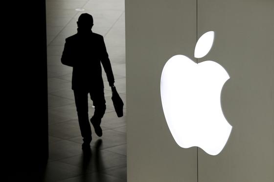 미국의 대중국 고관세 제재에 대비해 애플이 중국에 집중된 생산거점을 분산시킬 움직임을 보이고 있다. 사진은 지난 1월 3일 한 남자가 중국 베이징의 애플 스토어에서 나가는 모습. [AP=연합뉴스]