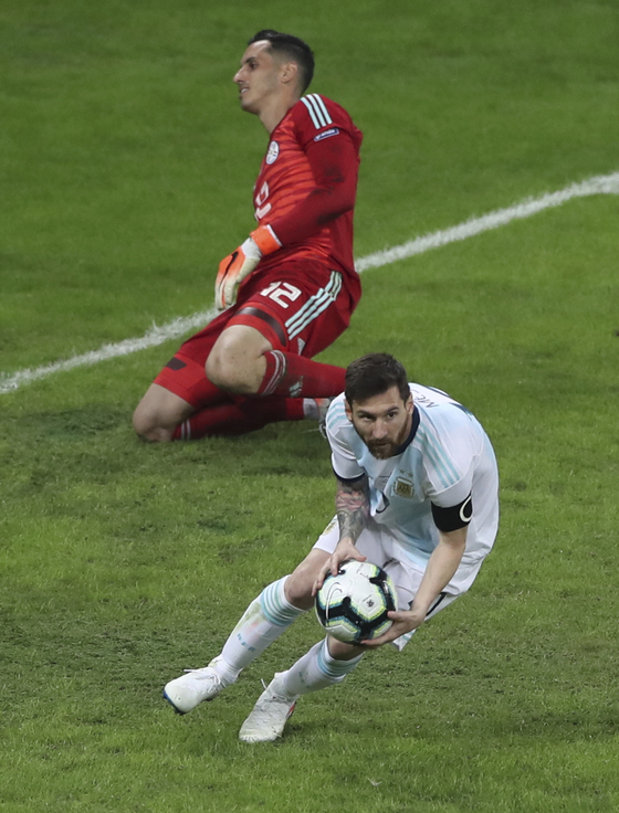 아르헨티나의 리오넬 메시가 20일 열린 코파 아메리카 B조 2차전 파라과이전에서 후반 페널티킥으로 동점골을 넣고 공을 집고 있다. [AP=연합뉴스]