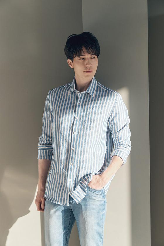리넨셔츠를 코디한 배우 이동욱. 다양한 컬러의 리넨 셔츠는 비즈니스 캐주얼 룩으로 연출할 수 있다. [사진 웰메이드 화보]