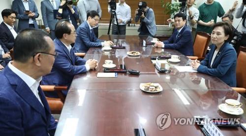 간담회를 하는 김현미 국토교통부 장관(오른쪽)과 부울경 단체장.[사진 부산시]