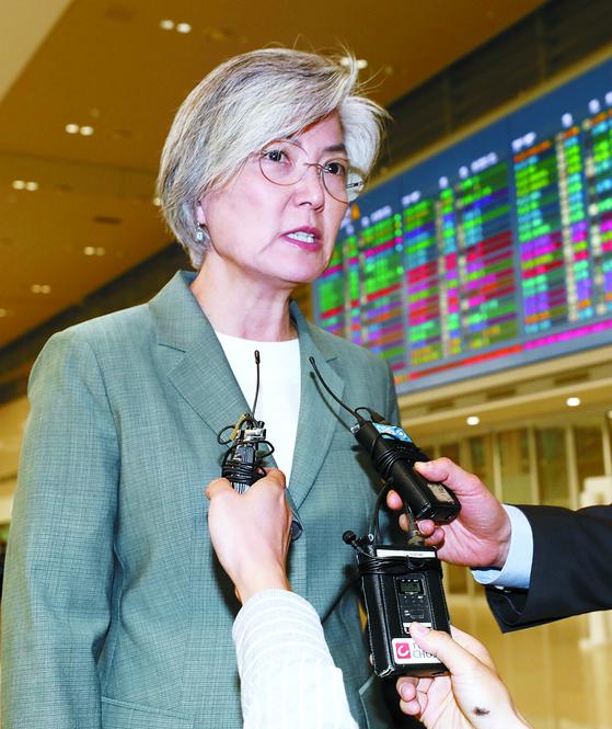 강경화 외교부 장관이 18일 러시아 방문을 마친 뒤 인천국제공항을 통해 입국하고 있다. [뉴스1]