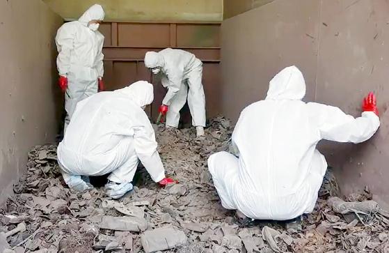 경찰이 지난 15일 경기도 김포시 소재 한 쓰레기 소각장에서 '전 남편 살인 사건'의 피해자로 추정되는 뼛조각을 찾고 있다. [사진 제주동부경찰서]