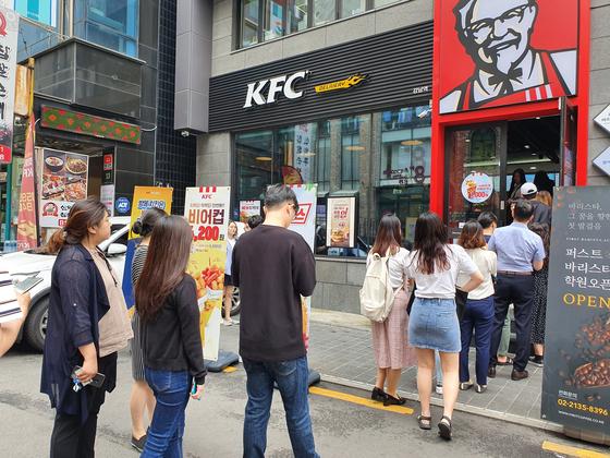 19일 KFC 강남역 매장에서 한정 판매하는 '닭껍질 튀김'을 사기 위해 하루종일 소비자들이 몰렸다. 이 메뉴는 강남역 등 전국 6개 지점에서만 판매한다. 최연수 기자