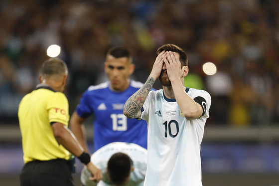 아르헨티나의 리오넬 메시가 20일 열린 코파 아메리카 B조 2차전 파라과이전에서 경기를 마친 뒤 아쉬움을 감추지 못하고 있다. [AP=연합뉴스]