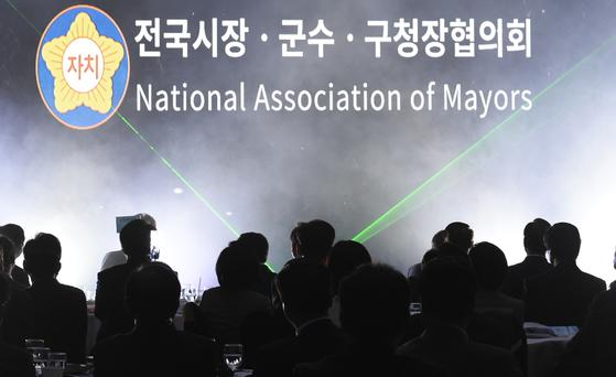 4월 12일 대전에서 열린 전국시장군수구청장협의회 총회. 많은 지자체가 국고보조금 개편을 요구하지만 정작 지방바조금심의위원회를 형식적으로 운영하는 곳이 많다. [중앙포토]