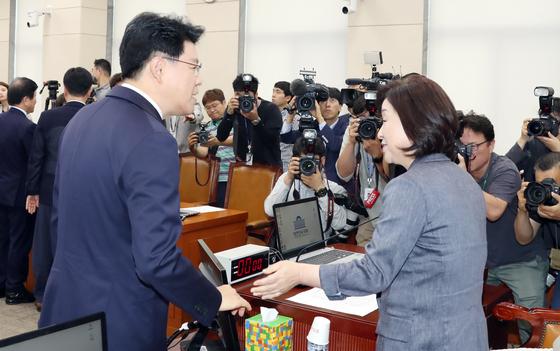 20일 정개특위 회의 시작 전 자유한국당 장제원 간사(왼쪽)와 심상정 위원장이 이야기를 나누고 있다. 변선구 기자