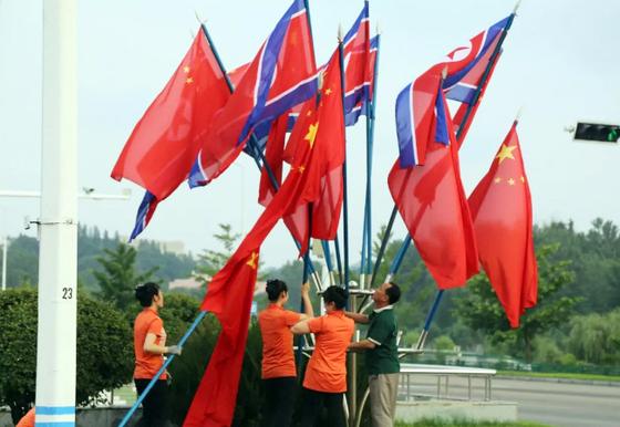 평양 시내에 설치된 북한 인공기와 중국 국기 [사진 연합뉴스]