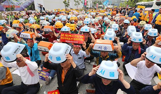 서울개인택시운송사업조합 등 전국 개인택시 조합원들이 19일 정부세종청사 국토교통부 앞에서 집회를 열고 '타다 퇴출'을 촉구하고 있다. [뉴시스]
