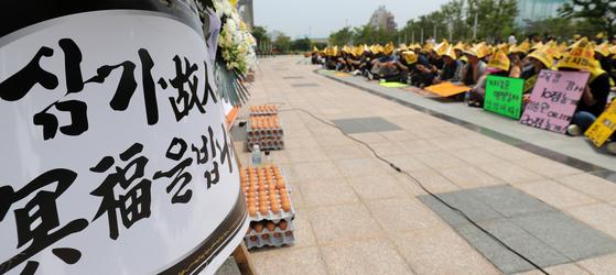 전주 상산고 학부모 200여 명이 20일 전북교육청 앞에서 집회를 열고 자사고 재지정 평가 결과를 발표한 교육청에 항의하고 있다. [뉴스1]