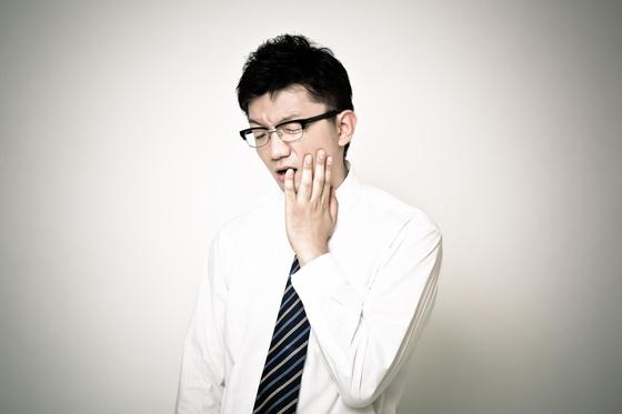 치아 속에서 생긴 염증은 심한 치통을 유발합니다. [사진 pakutaso.com]