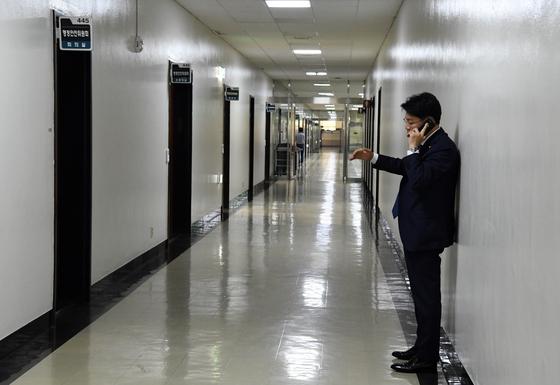 20일 오후 장제원 자유한국당 간사가 회의 도중 밖으로 나와 전화를 받고 있다. 변선구 기자