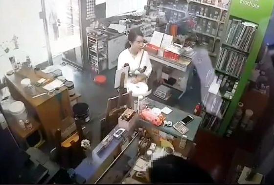 전 남편을 살해한 혐의로 구속된 고유정이 지난달 29일 오후 3시 30분께 인천의 한 가게에 들러 방진복, 덧신 등을 구입하는 모습. [제주동부경찰서 제공]