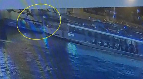 헝가리 부다페스트 다뉴브강에서 한국인 관광객 33명이 탑승한 유람선이 침몰하는 사고 당시 영상.[연합뉴스TV