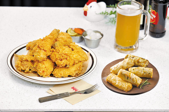 '고래사 황금올리브어묵'은 고래사 어묵 5가지를 BBQ 올리브 오일로 프라잉한 메뉴다. 특유의 풍미와 쫄깃한 식감으로 치킨과 잘 어울린다. [사진 제너시스BBQ