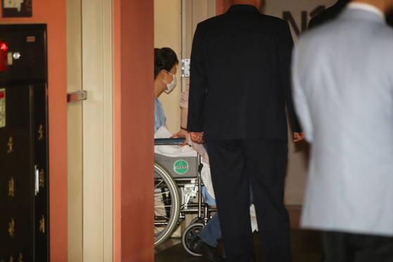 2018년 6월 박근혜 전 대통령이 서울 서초구 서울성모병원에서 허리통증 치료를 받은 뒤 나오고 있다.[연합뉴스]