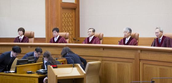 유남석 헌재소장(가운데) 등 헌법재판관이 11일 오후 서울 재동 헌법재판소 대심판정에 앉아있다. 임현동 기자