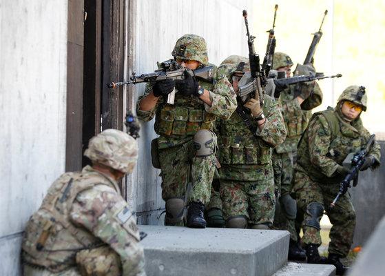 2017년 9월 17일, 일본 육상자위대와 미 육군이 일본 시즈오카현 고텐바시에 있는 히가시후지 훈련장에서 연합훈련을 하고 있다. [로이터=연합뉴스]