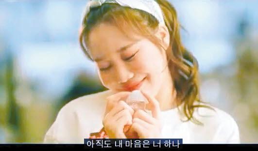 걸그룹 모모랜드의 신곡 '사랑은 너 하나(MOMOLA)' 뮤직비디오의 한 장면.