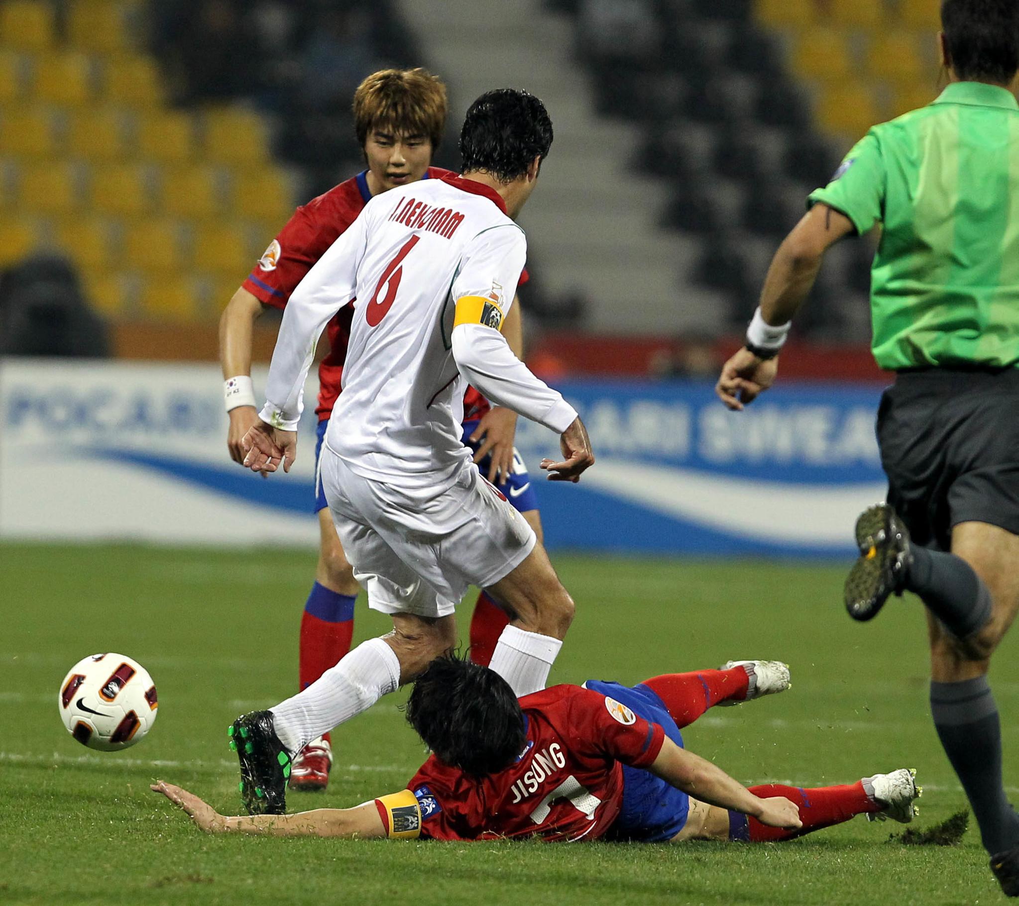 2011년 아시안컵 8강전에서 박지성이 이란 네쿠남에게 태클하고 있다. [중앙포토]