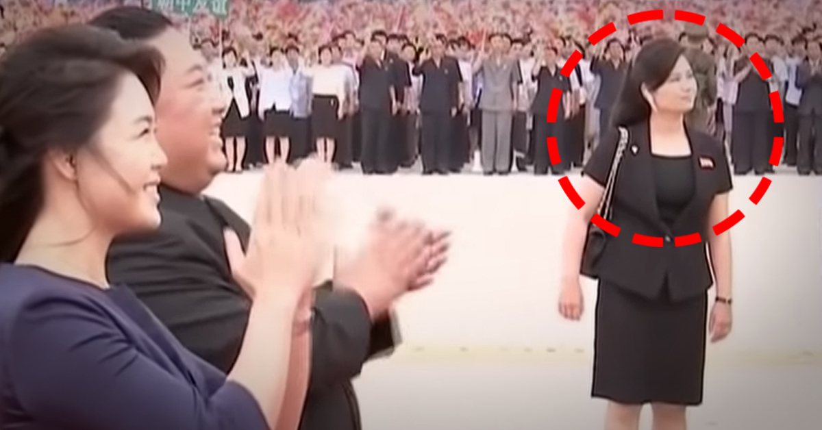 20일 평양 순안공항에 도착한 시진핑 중국 국가주석과 펑리위안 여사를 향해 박수를 치고 있는 김정은 북한 국무위원장 부부 옆으로 현송월 북한 노동당 부부장이 보인다. 현 부부장은 귀에 블루투스 이어폰을 꽂고 있다. [사진 CCTV캡처=연합뉴스]