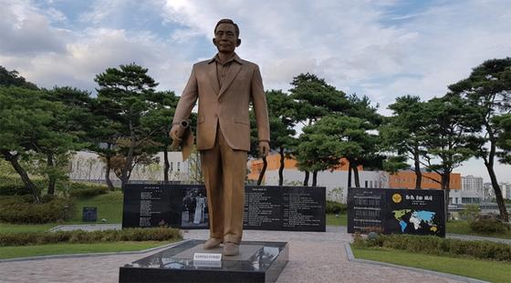 경북 구미의 박정희 대통령 동상. 한국당은 박정희 이데올로기를 대체할 비전을 제시하지 못하고 있다.