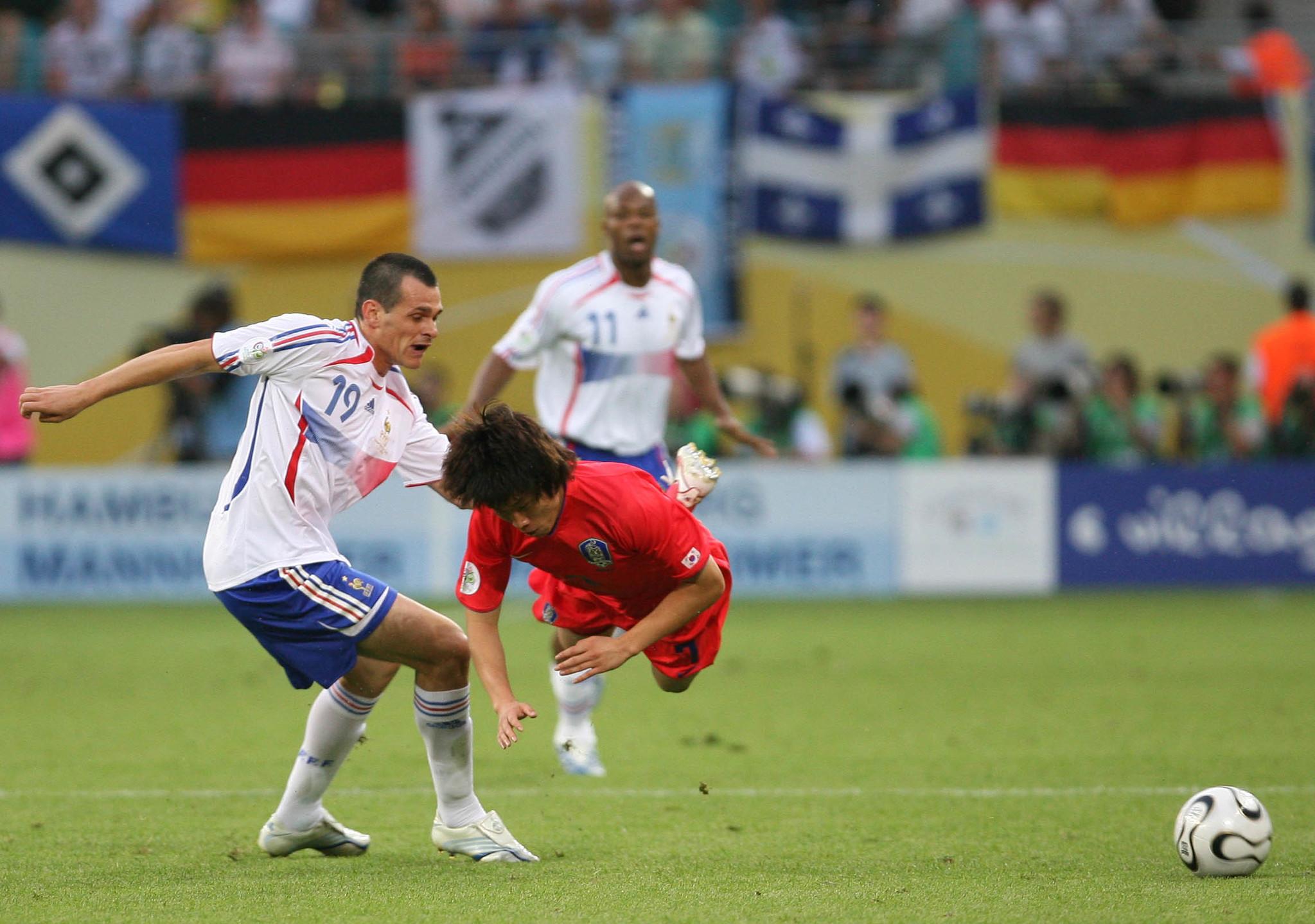 2006년 6월 19일 독일월드컵 프랑스전에서 몸을 던지며 뛴 박지성. [중앙포토]