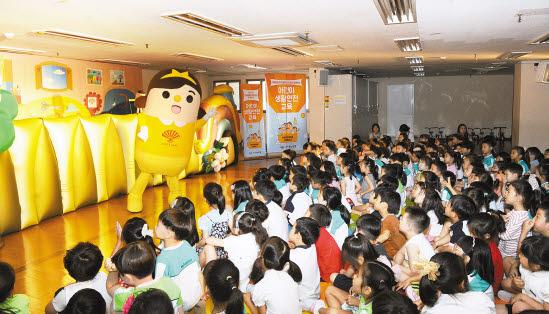 동화약품은 유치원·초등학교 등에서 어린이를 위한 다양한 캠페인을 펼치고 있다.