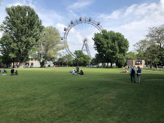 프라터 공원은 녹지도시 빈의 심장부와 같은 곳이다. 잔디밭에 누워 대관람차를 감상하는 것만으로도 빈의 여유와 아름다움이 느껴진다. 영화 '비포 선라이즈'에 이 공원과 대관람차가 나왔다.