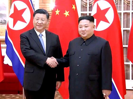 북한을 국빈 방문중인 시진핑 중국 국가 주석이 20일 평양 금수산 영빈관에서 김정은 북한 국무위원장과 정상회담에 앞서 악수하고 있다. [사진 CC-TV]